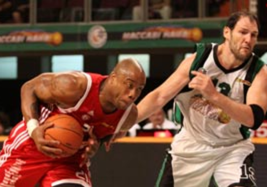 Hapoel Jerusalem ceter Brandon Hunter (left) drive
