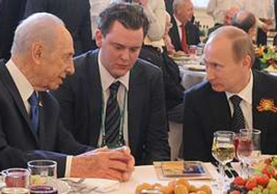Peres and Putin at Victory Day Celebrations