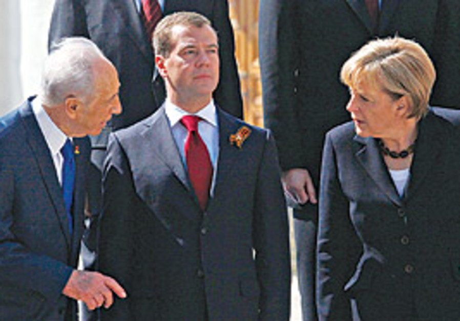 President Shimon Peres (left) speaks with German C