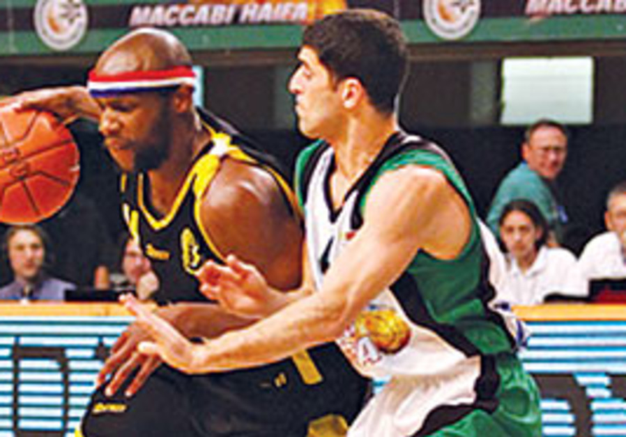 Barak Netanya forward Danilo Pinnock (left).