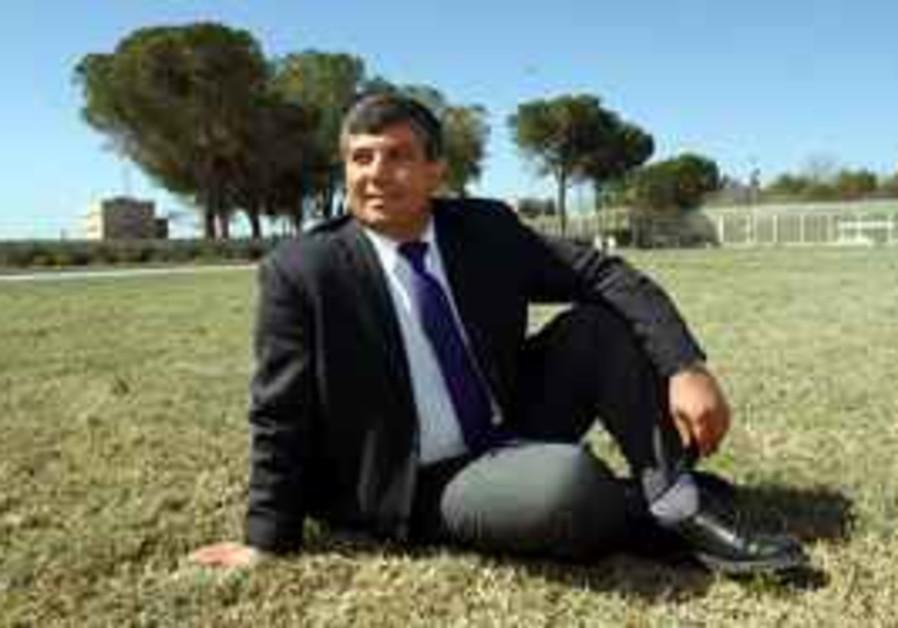 Shalom Simhon pose