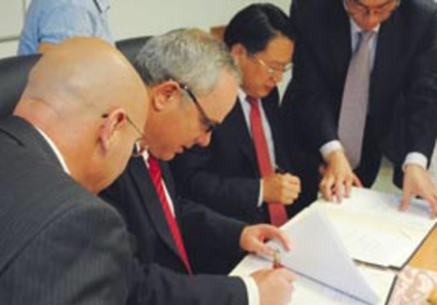 Steinitz signs protocol with Chinese Deputy Financ