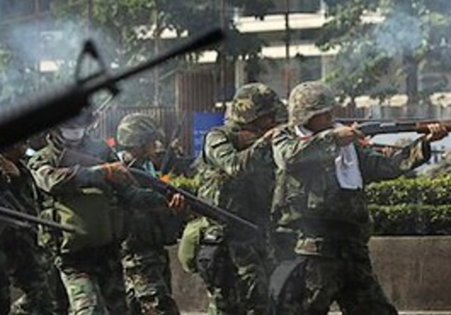 Thai soldiers fire rubber bullets into the crowd o