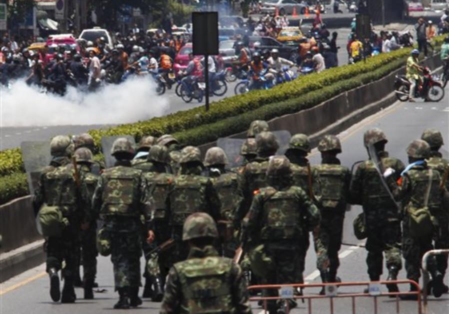 Thai soldiers move on anti-government protestors a