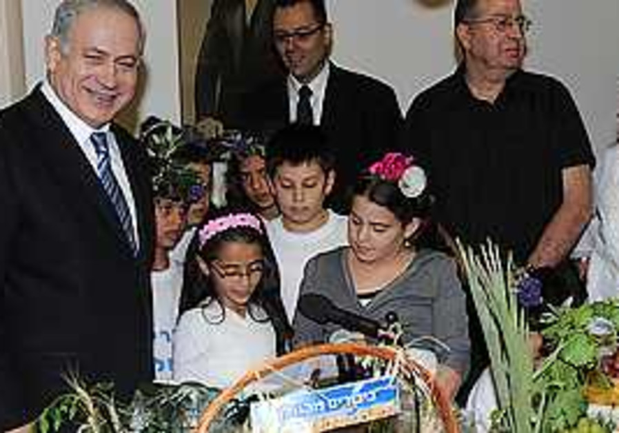 Netanyahu receives fruit baskets before shavuot