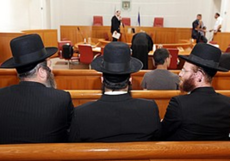 Haredim at the Emmanuel 'pirate' school court hear