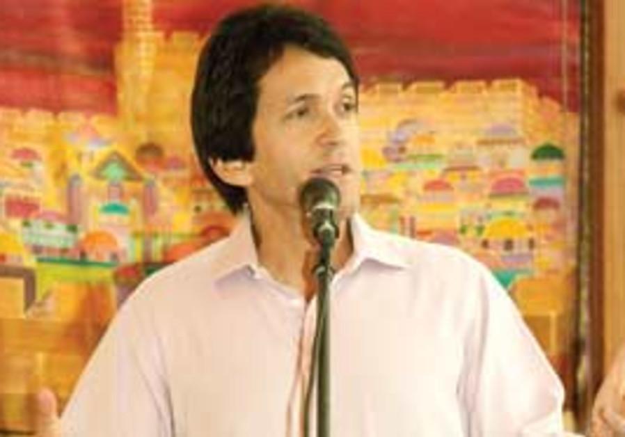 Albom speaks at Jerusalem's Masorti synagogue.