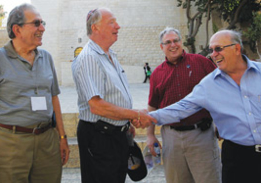 Yehoshua Matza (right), the CEO of Israel Bonds an