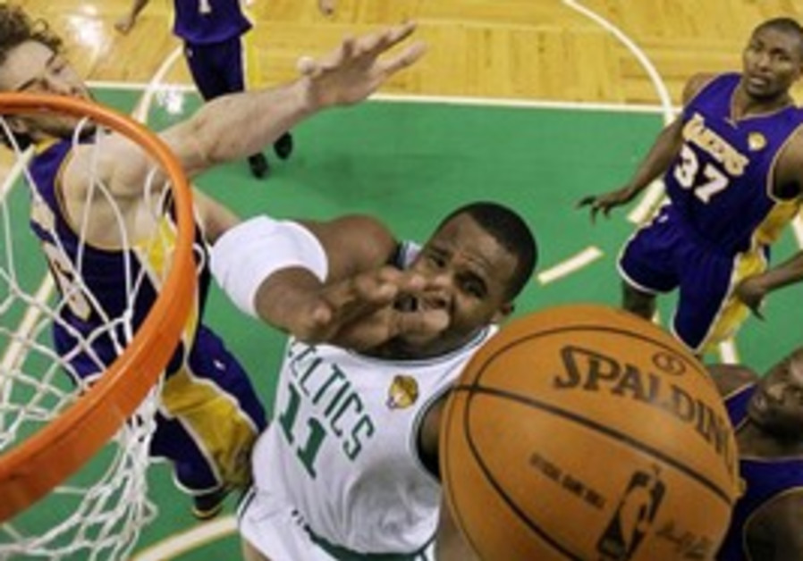 Boston Celtics  forward Glen Davis (11) drives bet
