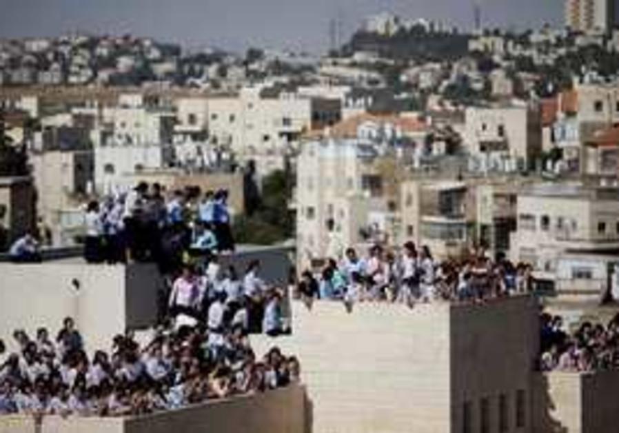 Haredi girls on roof, protesting Emmanuel parents