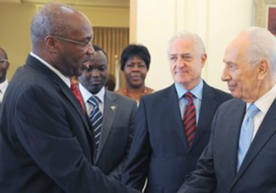 Peres with diplomats