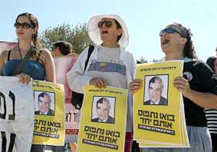 Women's groups demand repeal of Katsav plea bargain
