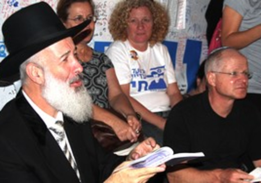 Rabbi Yona Metzger reads Lamentations with the Schalit family.