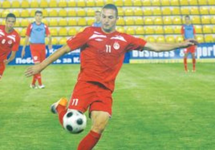 HAPOEL TEL AVIV'S new striker Ben Sahar shoots the ball during training yesterday ahead of the first