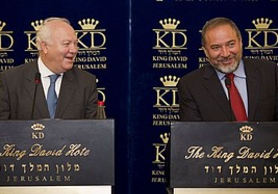 Foreign Minister Avigdor Lieberman and Spanish Foreign Minister Miguel Angel Moratinos give a press