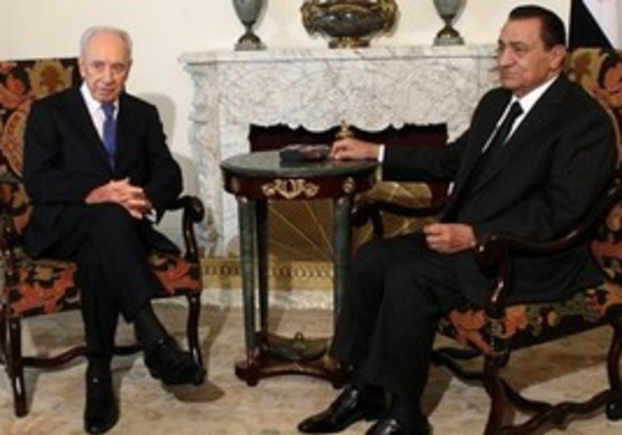 Egyptian president Hosni Mubarak, right, meets with Israeli President Shimon Peres in Cairo, Egypt,