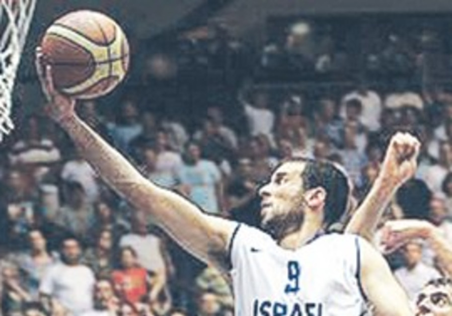 Yotam Halperin leading Israel's team to victory over Italy.