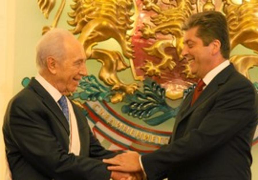 President Peres receives the Stara Planina award from Bulgarian President Giorgi Parvanov.