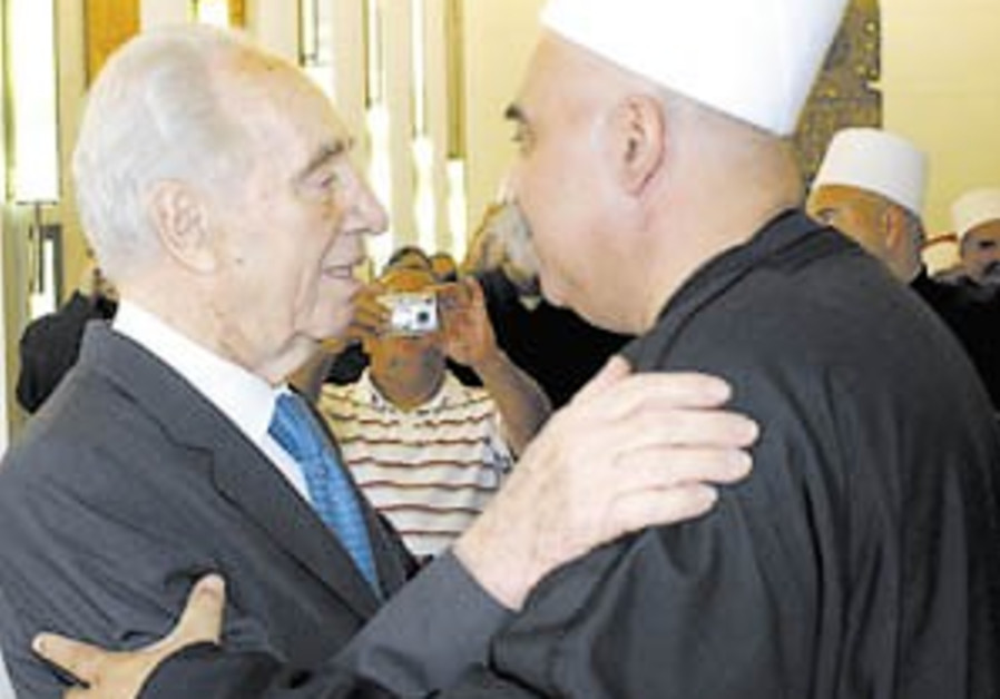 Peres 'the rais' declared honorary Druse