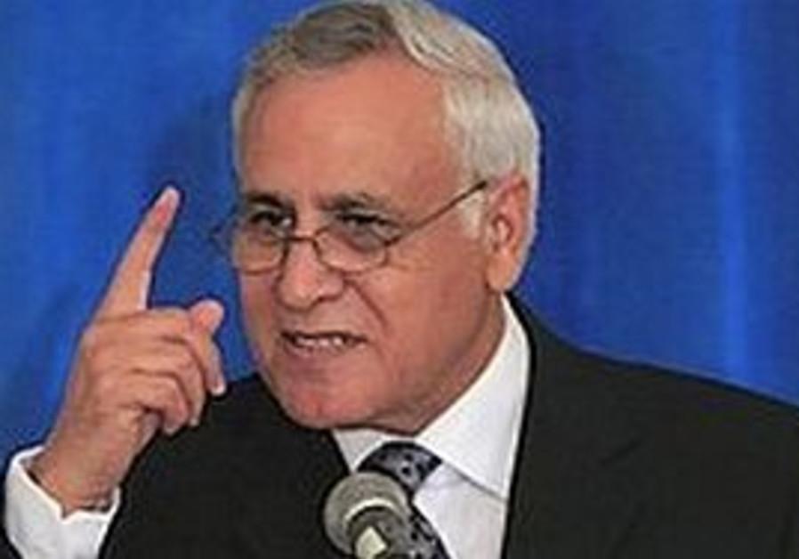 Former president Moshe Katzav pointing