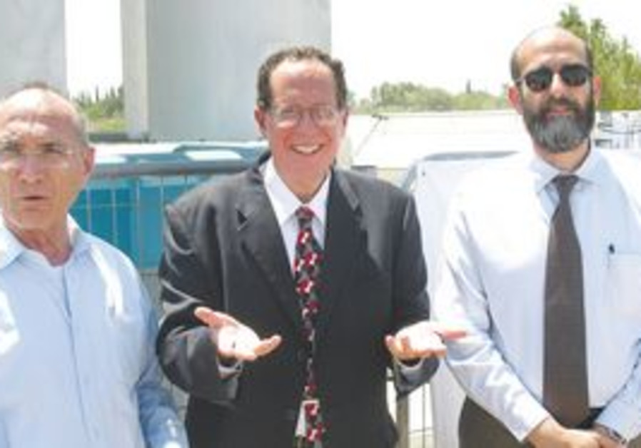 NATIONAL INFRASTRUCTURES Minister Uzi Landau (left) poses with Daniel Farb, CEO and founder of Levia