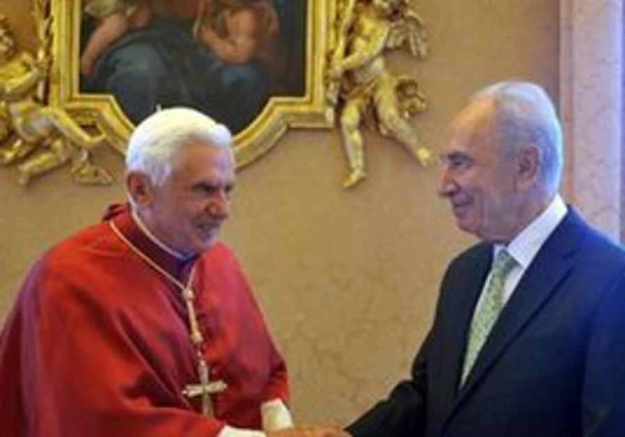President Shimon Peres meets Pope Benedict  XVI .