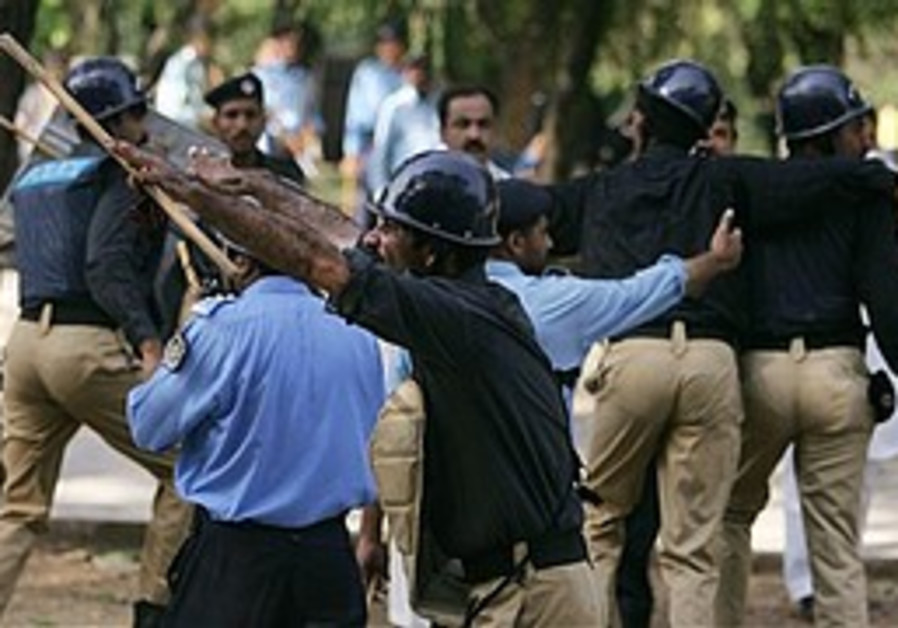 Police clash with protesters at Pakistan's Red Mosque