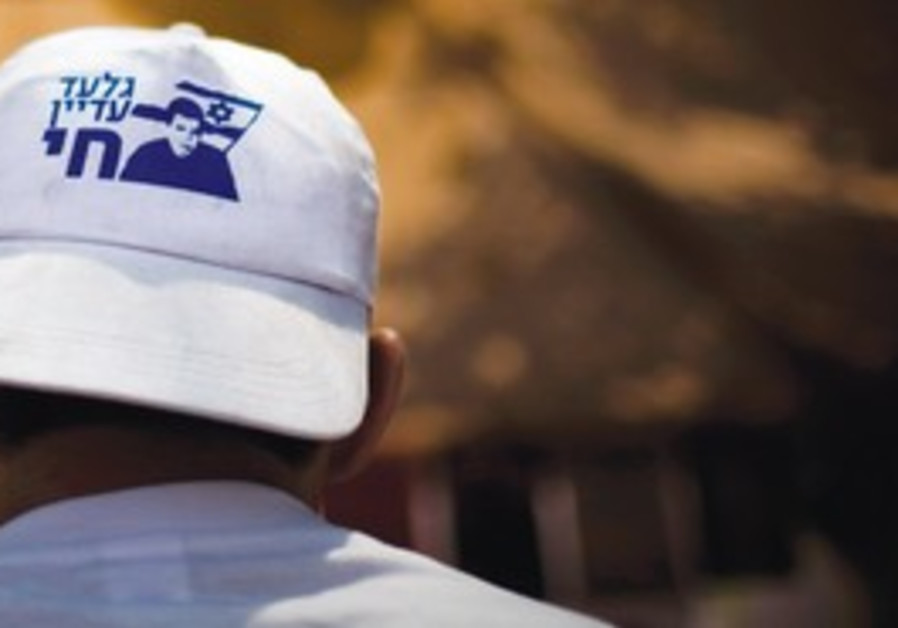Man wearing a hat for Gilad Schalit.