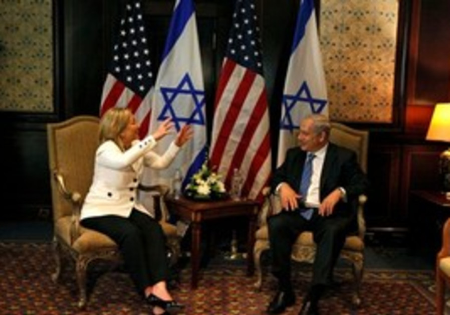 PM Netanyahu meets Sec of State Clinton in Egypt