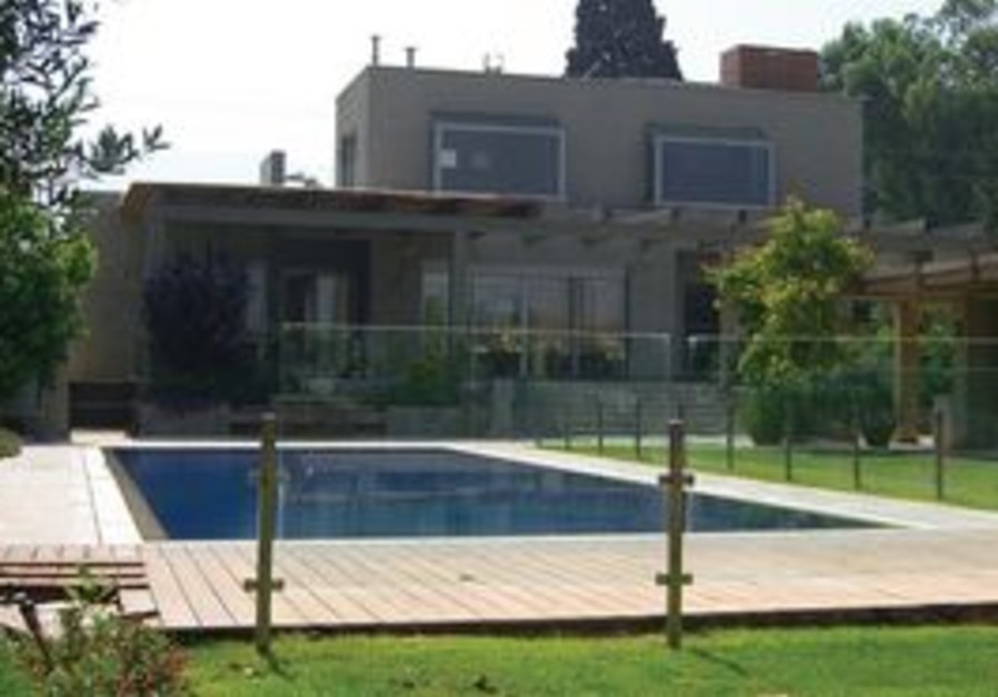 A moshav house with a pool in the yard.