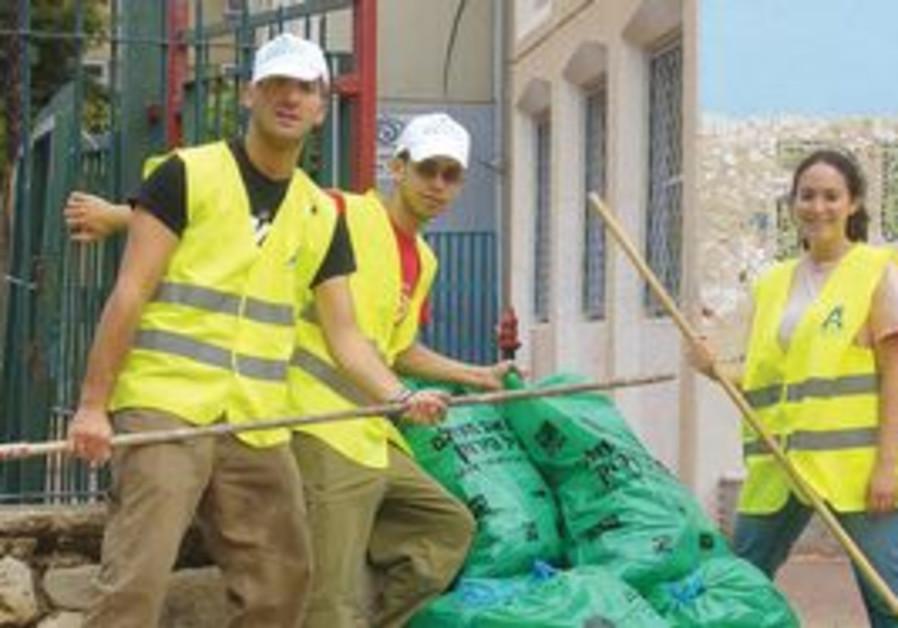 Oranim interns helping clean up the city of Ramle.