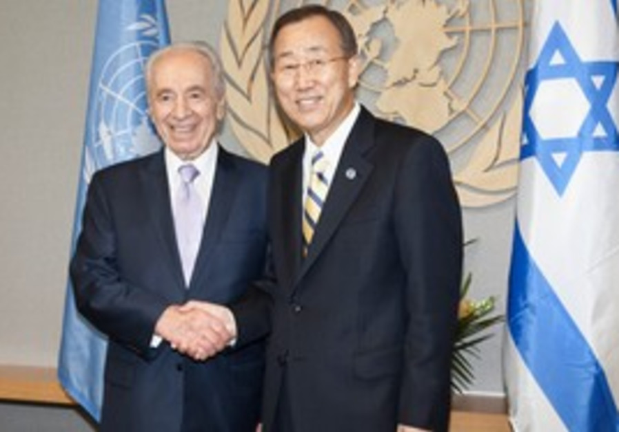 Peres Ban Ki Moon shaking hands