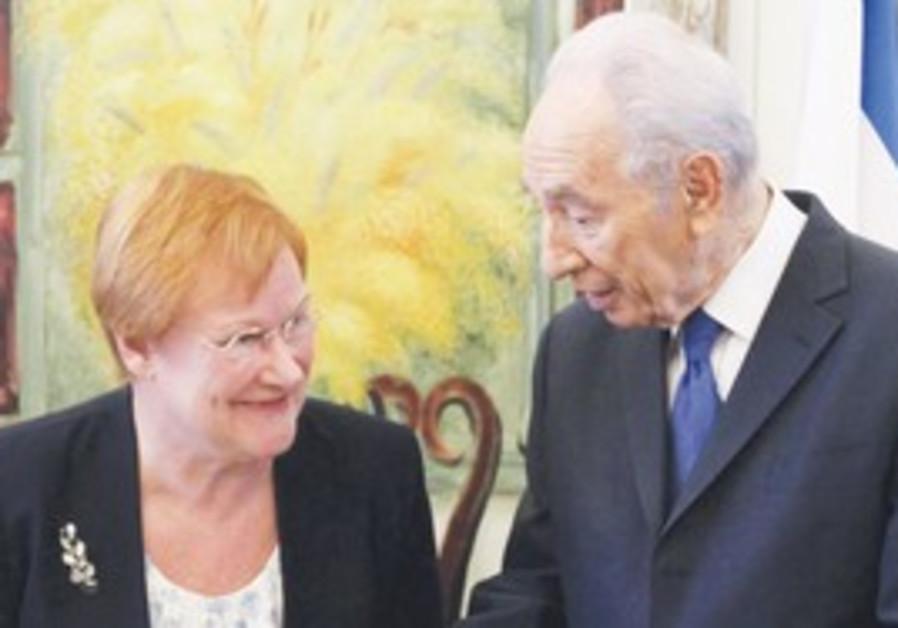 Peres talks to Finnish President Tarja Halonen.
