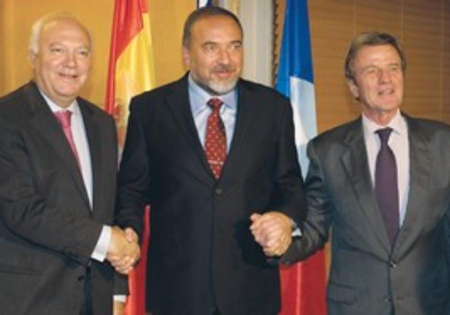 Lieberman holding hands with Kouchner & Moratinos