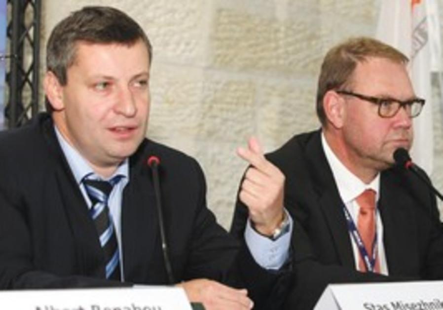 Stas Meseznikov and Aart De Geus OECD