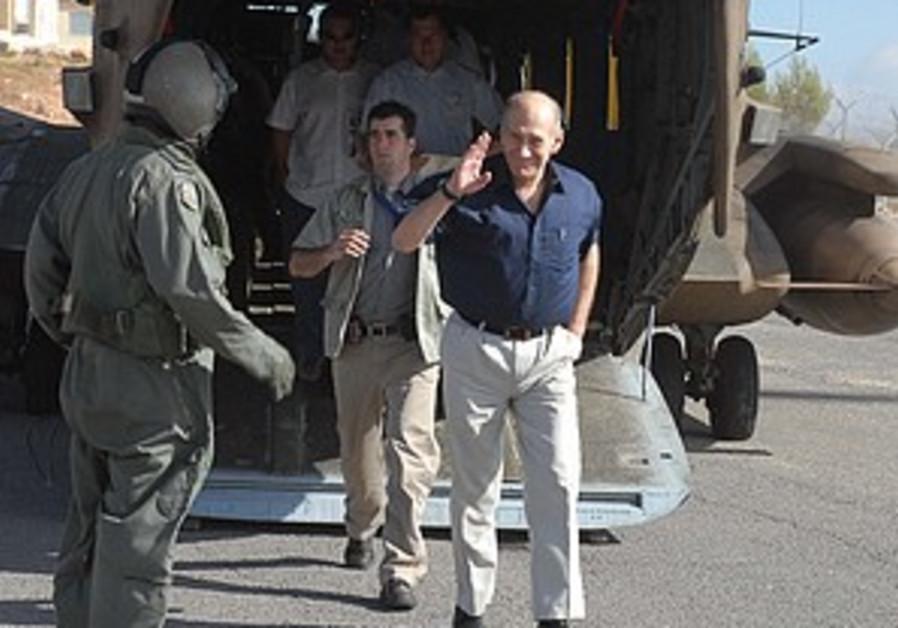 Barak watches Golan tank exercises, downplays threat of war