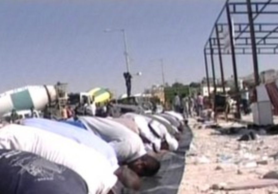 Rahat residents praying at site of mosque