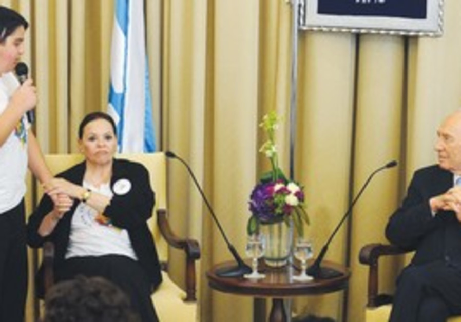 Cancer patients meet with President Peres.