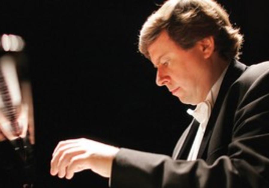 Krzysztof Jablonski on the piano
