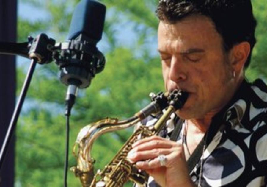 Amir Gwirtzman playing clarinet and saxophone