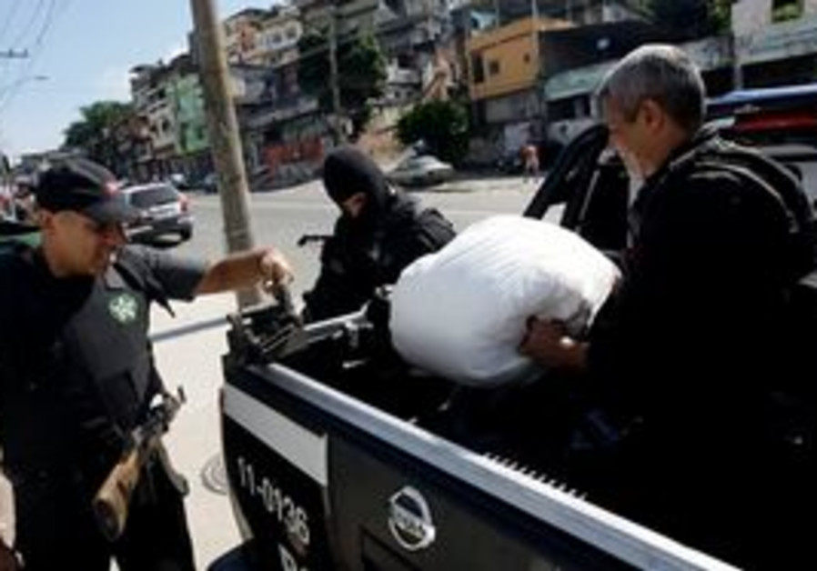 Rio policemen apprehend drugs and weapons