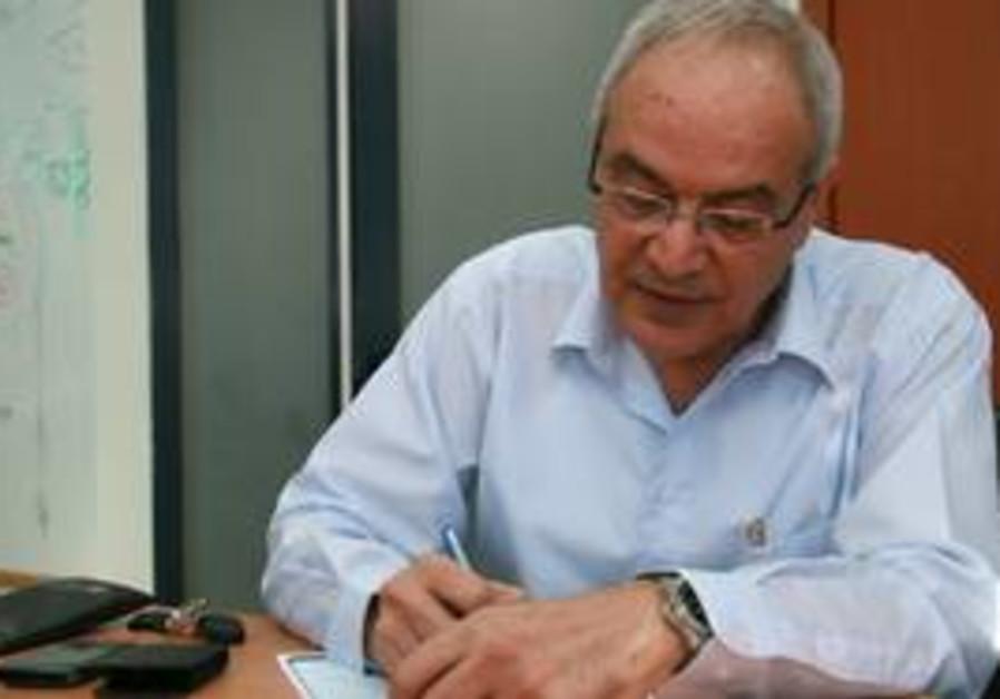 Dan Halutz signs Kadima membership forms