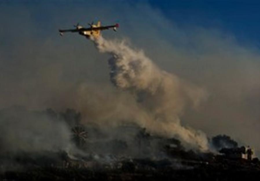 A firefighting plane over Ein Hod