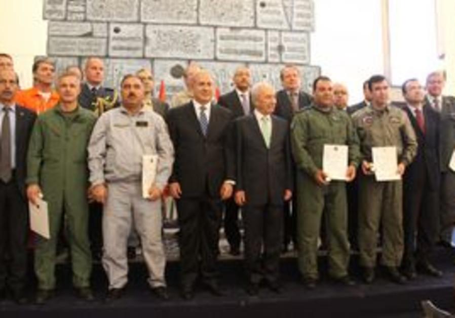Netanyahu, Peres with international fire teams.