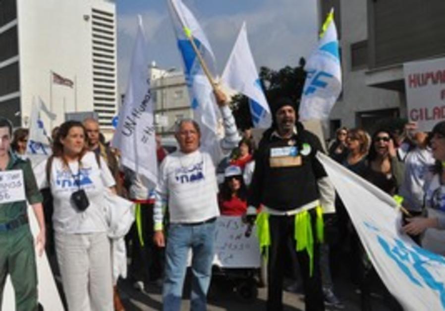 Demonstration for Gilad Schalit outside Red Cross