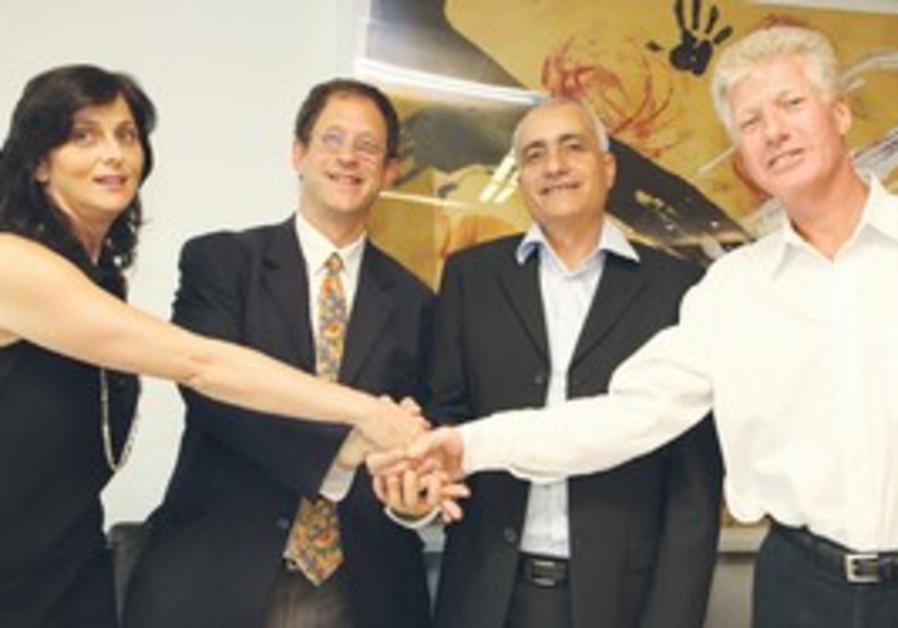 ARAVA POWER Company CEO Jon Cohen (right) shakes h