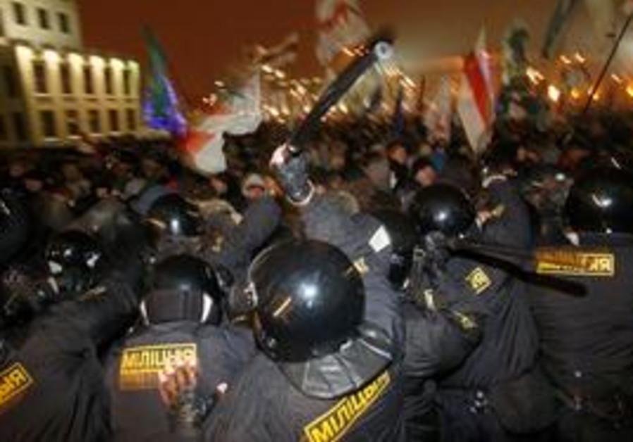 Riot police clash with protestors in Belarus