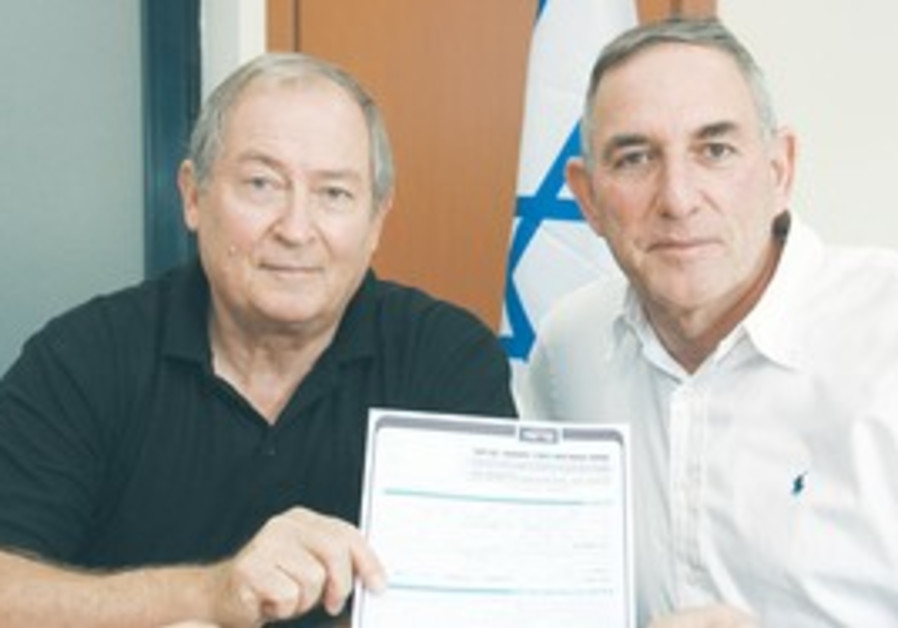 Alik Ron (left) with Kadima official Moshe Shehor