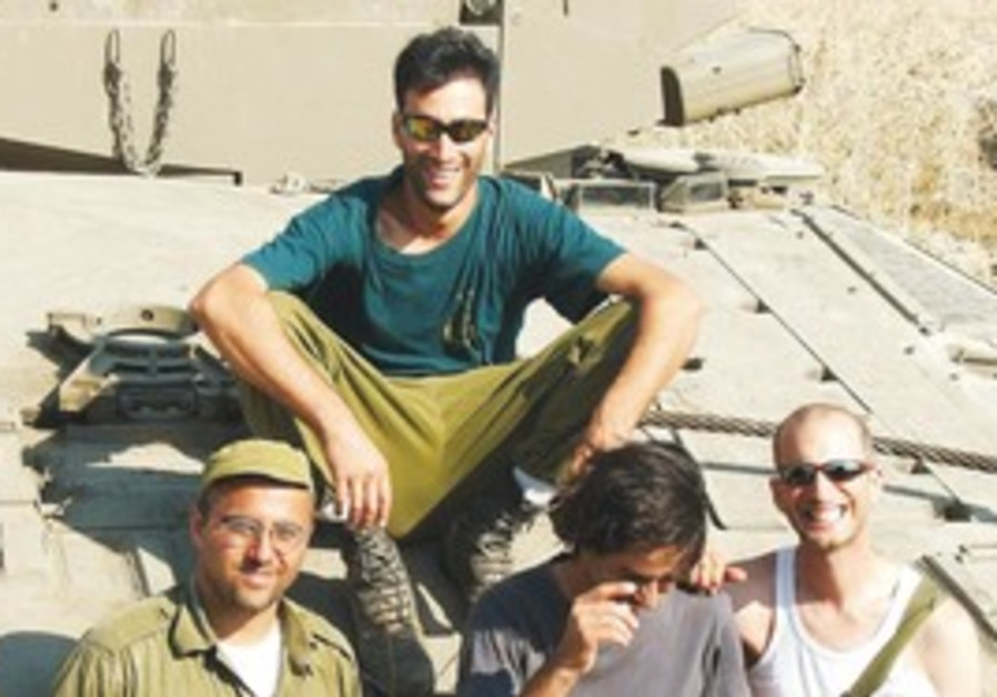 Spyer with his tank crew in 2nd Lebanon War
