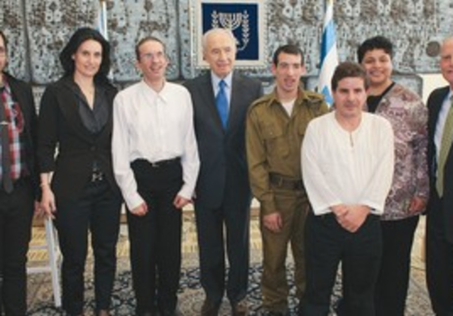 President Shimon Peres hosts an AKIM fundraiser.
